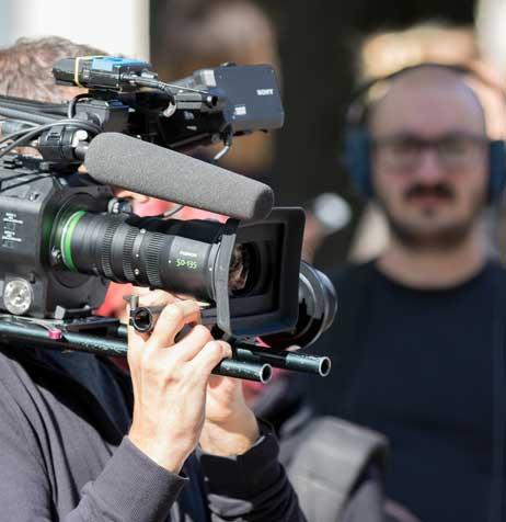 Equipe audiovisuelle sur un tournage de film d'entreprise