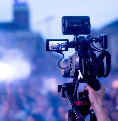 Cameraman pendant le tournage d'un reportage